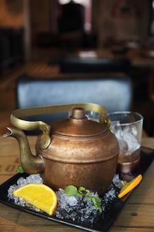 Wodka-cocktail in teekanne