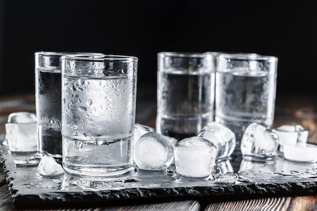 Wodka in schnapsgläsern auf rustikalem holz