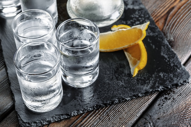 Wodka in schnapsgläsern
