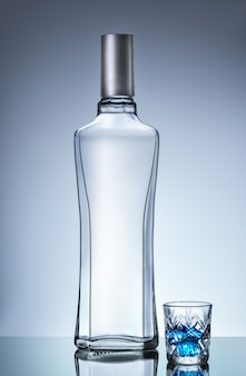 Wodkaflasche und kurzes glas
