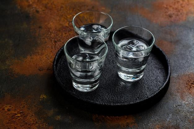 Wodkaschüsse und rotes kaviarsandwich