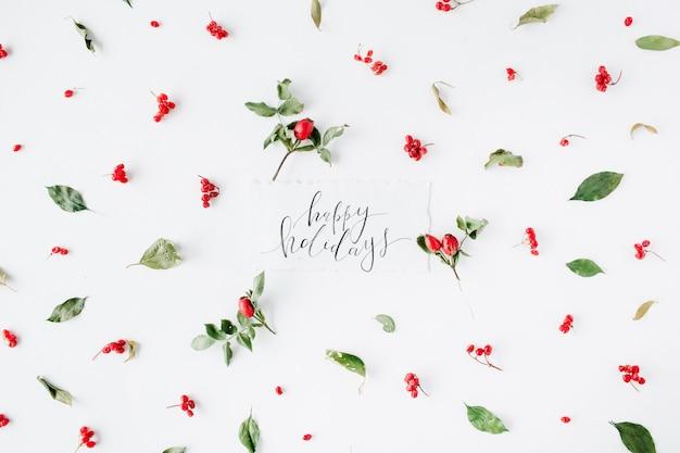 Wörter frohe feiertage und minimales kreatives beerenanordnungsmuster auf weiß.