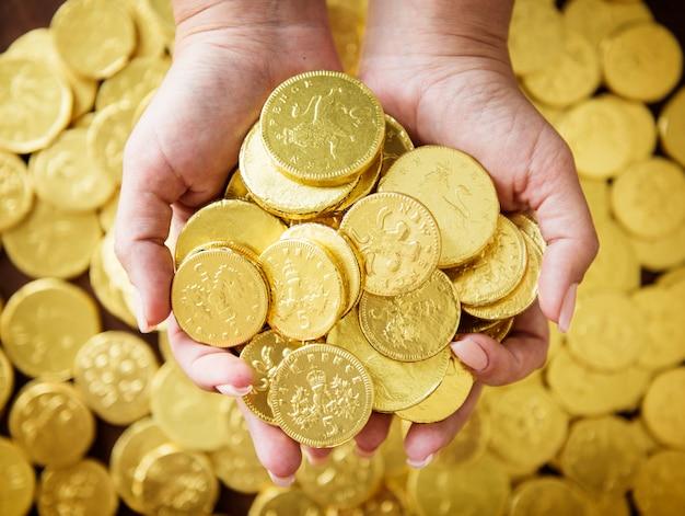 Wohlhabende leute mit goldenen münzen