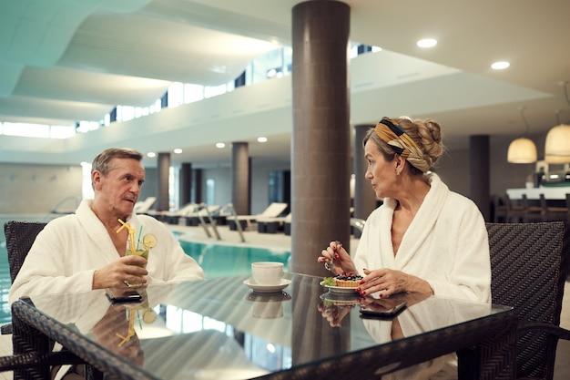 Wohlhabendes älteres paar, das spa resort genießt