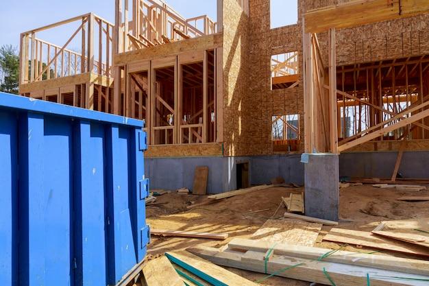Wohnansicht von neuen häusern, die gebaut werden und baumüll