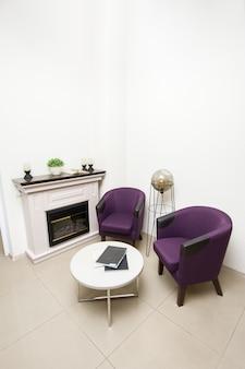 Wohnbereich mit stühlen und kamin