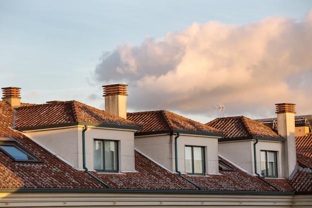 Wohngebäude mit dormer windows