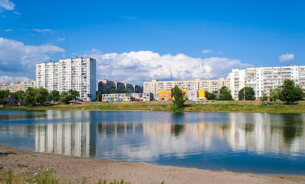 Wohngebäude über einem see in kiew