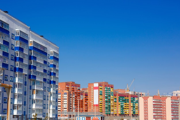 Wohngebäude und backsteingebäude auf hintergrund des himmels