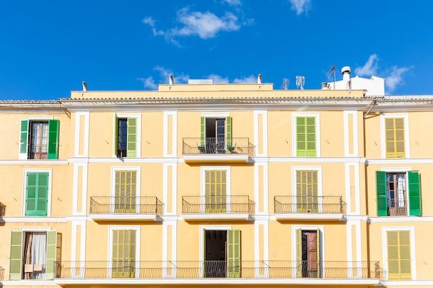 Wohngebäudefassade mit bunten fensterläden in mallorca