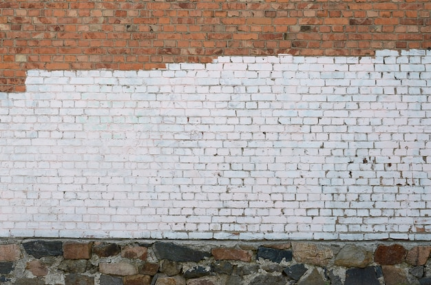 Wohnhauswand mit weißen farbflecken, die graffiti-vandalismus bedecken