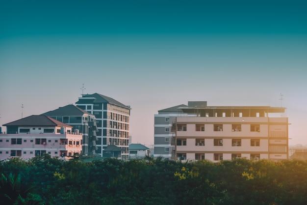 Wohnheim-architektur-gebäude-himmelsonnenlichtmorgen