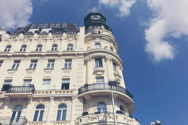 Wohnhochhäuser und strahlendes sonnenlicht
