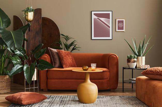 Wohninnenraum des wohnzimmers mit designsofa, rahmen, vielen pflanzen, couchtisch, raumschirm, hocker und eleganten persönlichen accessoires in moderner wohnkultur.