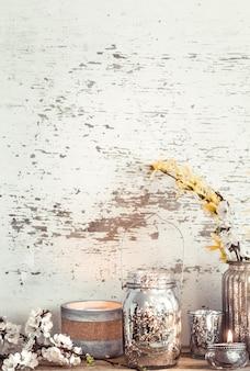 Wohnkultur auf hölzernem hintergrund mit frühlingsblumen