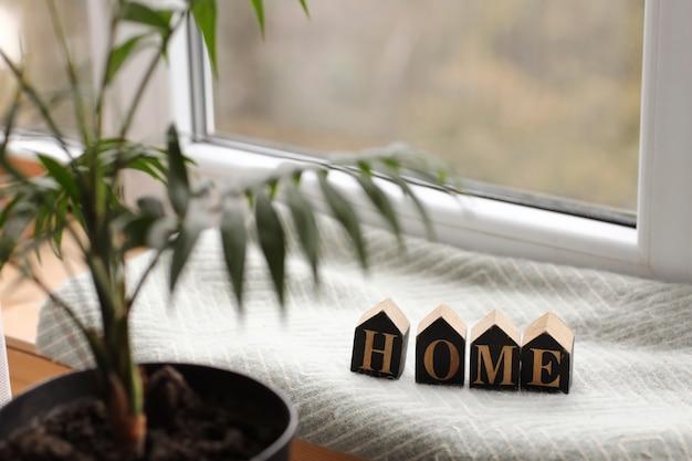 Wohnkultur in einem gemütlichen haus mit holzbuchstaben mit der inschrift nach hause