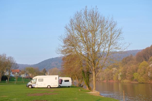 Wohnmobil auf dem campingplatz.