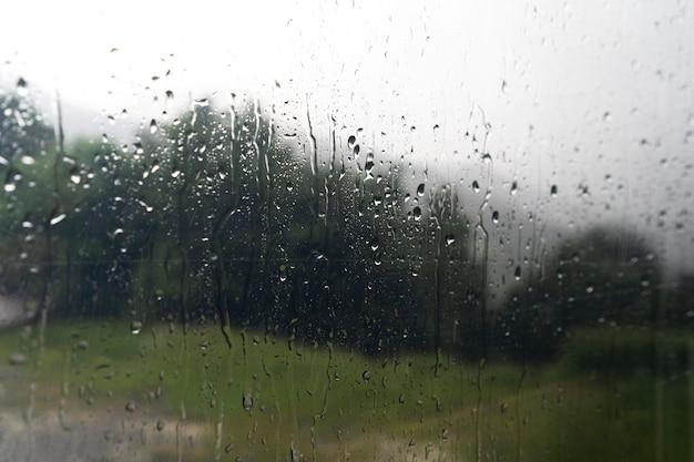 Wohnmobilfenster mit regentropfen