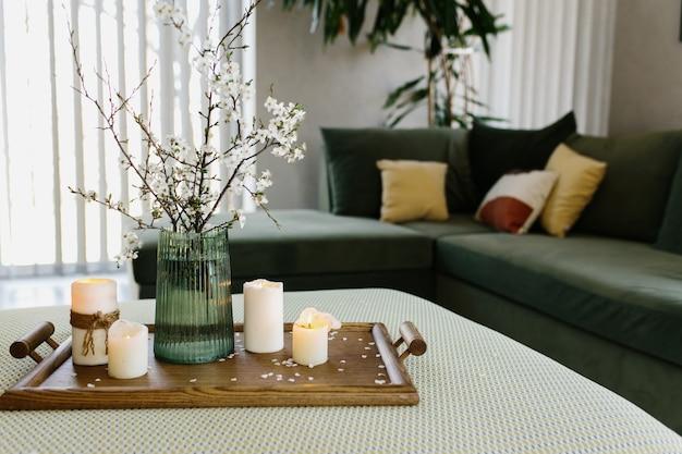Wohnraum. entspannende kerzen. apfelbaumfarbe ist geflogen