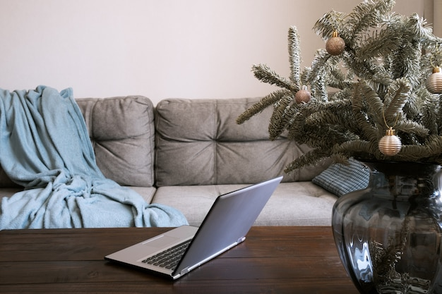 Wohnraum mit laptop im wohnzimmer in der weihnachtszeit