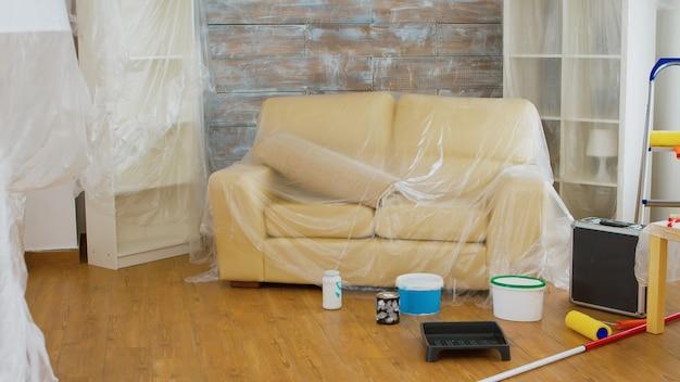 Wohnung professionelle renovierung zimmer, in dem niemand drin ist. zuhause während der renovierung, dekoration und malerei. instandhaltung von innenwohnungen. rolle, leiter für die hausreparatur