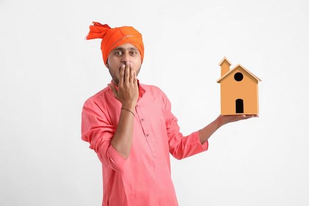 Wohnungsbaudarlehen konzept. inder, der auf weißer wand aufwirft