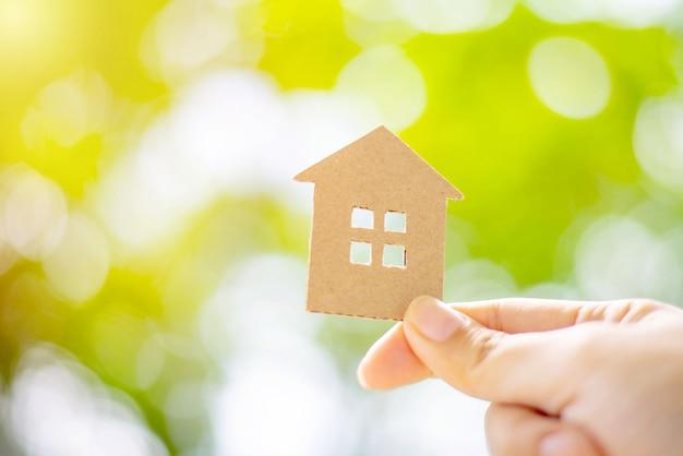 Wohnungsbaudarlehenskonzept, schützendes versicherungshauptkonzept, papierhaus, familienheim