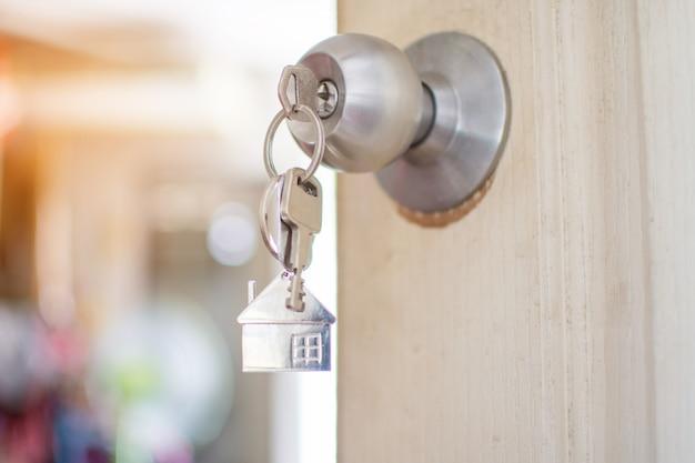 Wohnungsschlüssel an der tür. weicher fokus.