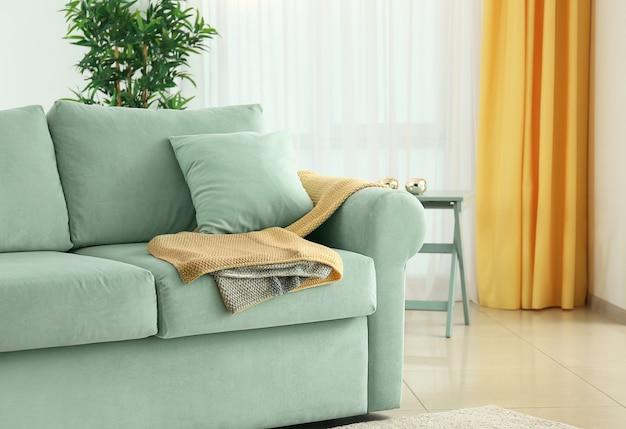 Wohnzimmer interieur mit bequemer minze couch