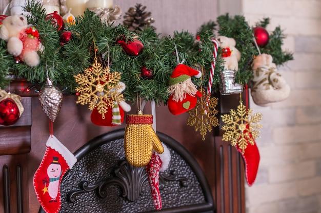 Wohnzimmer mit kamin. süßes zuhause mit geschenken, kamin, strümpfen. modernes interieur, magische atmosphäre. winterurlaub nacht. warme weihnachtsdekoration