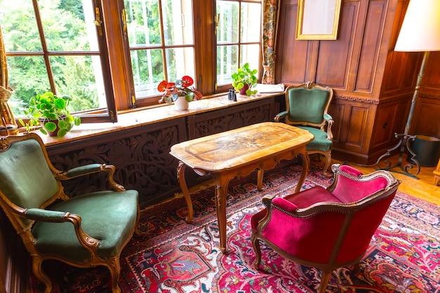 Wohnzimmerinnenraum mit vintage-möbeln, europa. antike europäische architektur und stil