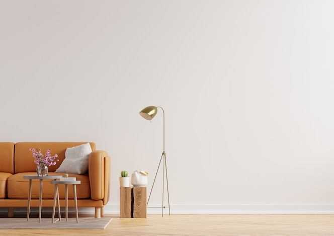 Wohnzimmerinnenwand in warmen tönen mit ledersofa auf weißem wandhintergrund. 3d-rendering