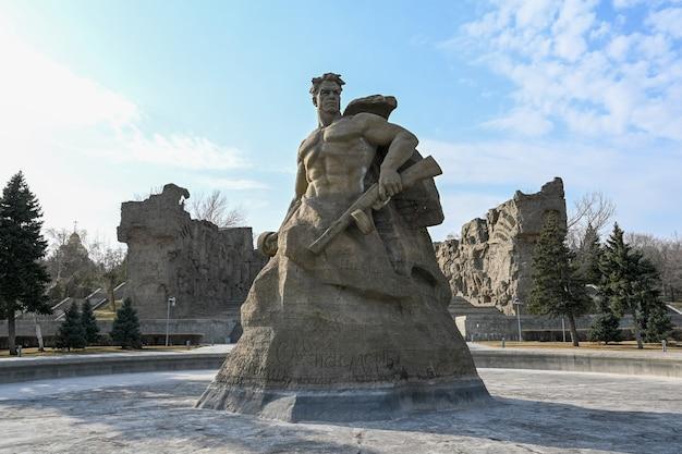Wolgograd, russland - 10. april 2021: denkmal zum tod auf mamayev kurgan. mamajew kurgan, wo schlacht von stalingrad, ab september 1942.