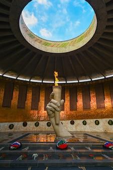 Wolgograd, russland - 30. mai 2021: ewige flamme. die ehrengarde in der halle des militärischen ruhms für die helden der schlacht von stalingrad am mamajew-kurgan in wolgograd.