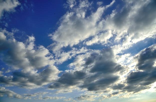 Wolke am blauen himmel wand