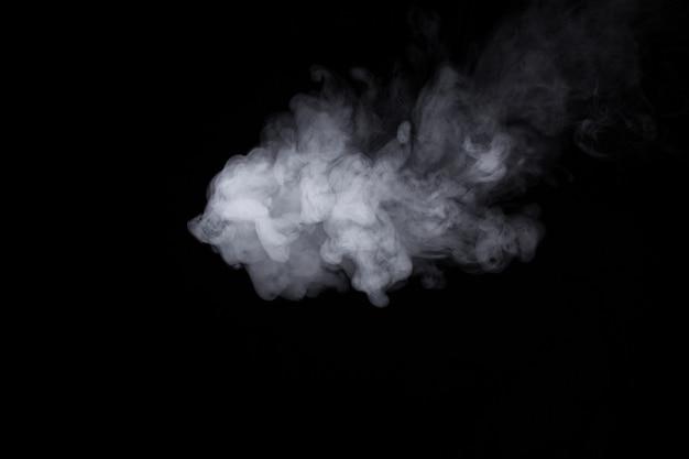 Wolke des weißen rauches auf einer schwarzen hintergrundnahaufnahme