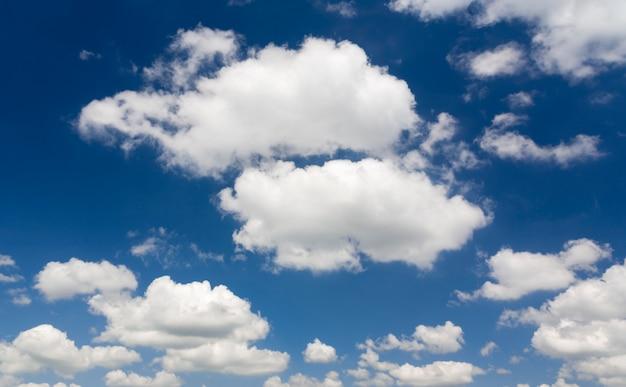 Wolke gegen den blauen himmel.