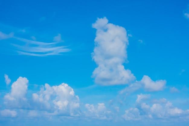 Wolke im blauen himmel.