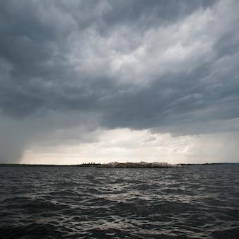 Wolke im horizont himmel über lake of the woods, ontario