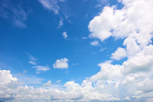 Wolke im strahlend blauen himmel