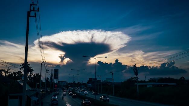 Wolke in tornado-form. naturphänomen-konzepthintergrund. klimawandel . schöne wolkenlandschaft. konzeptidee zur globalen erwärmung