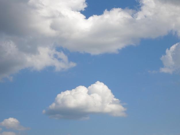 Wolke und sommerhimmel