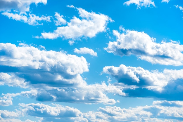 Wolken am blauen himmel als naturhintergrund