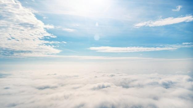Wolken am horizont. luftaufnahmen. blauer himmel über den wolken