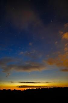 Wolken bei sonnenuntergang am himmel.