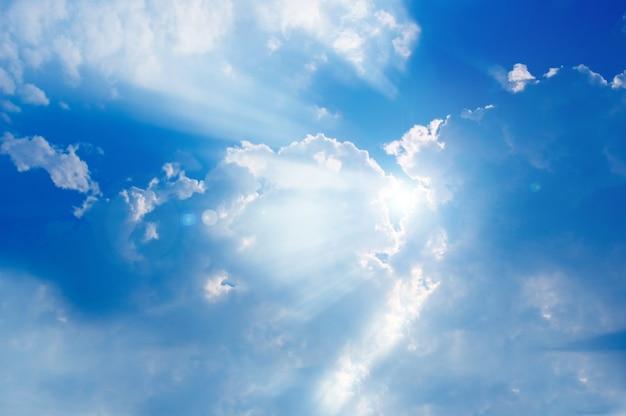 Wolken, die die sonne