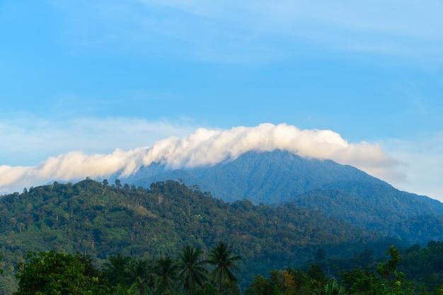 Wolken, die über khao luang mountain rollen
