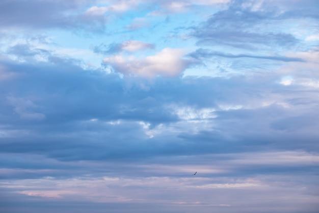 Wolken, die von der untergehenden sonne beleuchtet werden, natürlicher hintergrund aus wolken