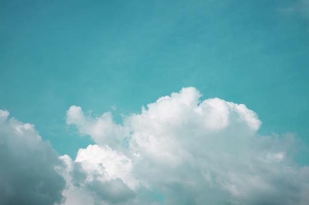 Wolken im blauen himmel am sonnigen tag, naturlandschaft mit einem guten wetter. nach oben geschossen