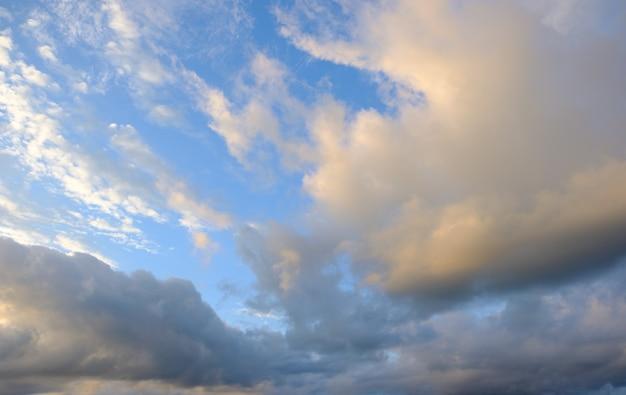 Wolken im blauen himmel und im sonnenlicht